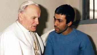 Papst Johannes Paul II. bei seinem berühmten Besuch bei seinem Attentäter Ali Agca 1983 im Gefängnis (Quelle: Osservatore Romano; Archiv)