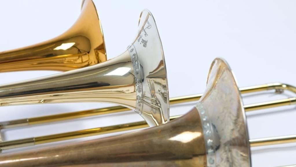 Die Analyse historischer Posaunen (vorne) lieferten wertvolle Hinweise für die Herstellung originalgetreuer Replikate (Mitte). Im Vergleich zu modernen Instrumenten (hinten) haben sie einen sanfteren, dunkleren Klang.