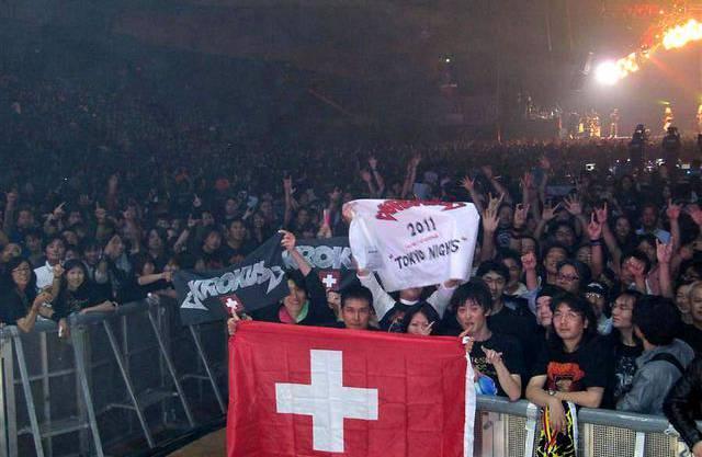 Japanische Fans warten den Konzertstart von Krokus ab