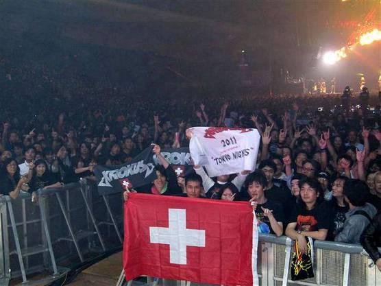 Japanische Fans warten den Konzertstart von Krokus ab (2011)