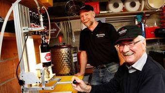 Gemeinde-Abwart und Fasnächtler Mario Roos (l.) mit Adolf Stüdeli an der Abfüllanlage: Zusammen brauen sie Bier im Keller.