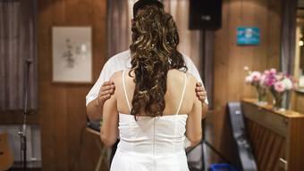 Rund die Hälfte der Frauen wollen laut einer Umfrage für die Hochzeit kein Secondhand-Kleid. (Symbolbild)