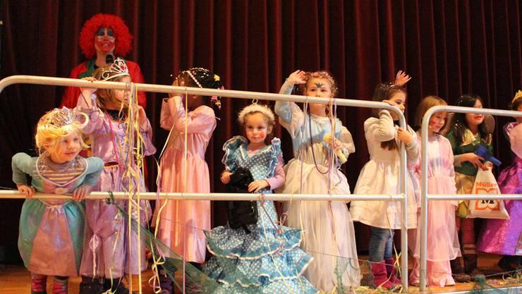 Eine Prinzessin lächelt ihrem Publikum zu.