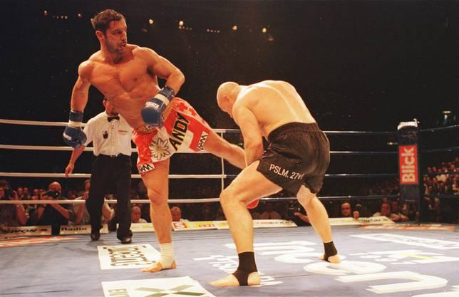 Andy Hug in Action bei einem K-1-Kampf im Hallenstadion gegen Mike Bernardo am 7.Juni 1997.