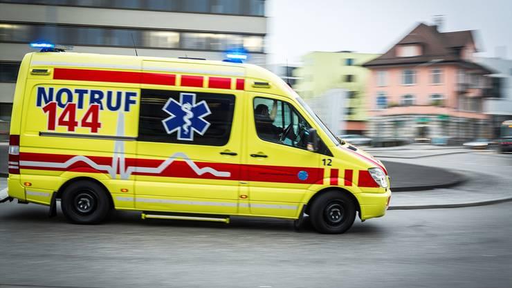 Ein 28-jähriger Autolenker wurde mit leichten Verletzungen ins Spital gebracht, nachdem sein Auto auf dem Dach landete. (Symbolbild)