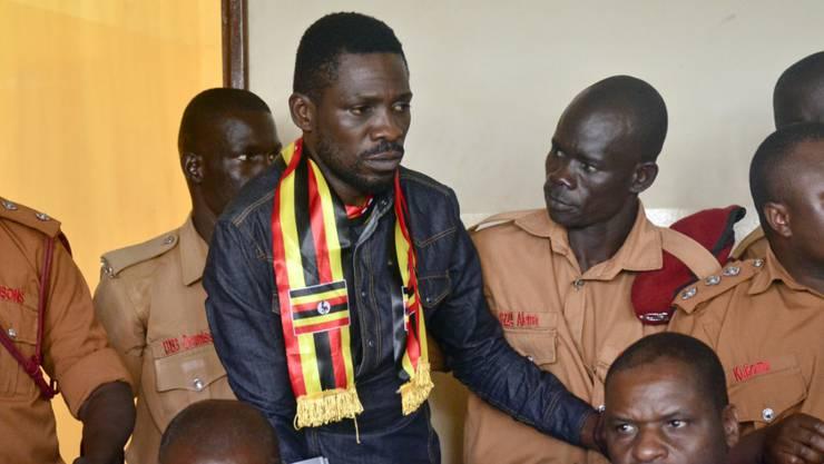 Der ugandische Oppositionspolitiker und Ex-Sänger Bobi Wine war Mitte August festgenommen worden. Am 23. August (Bild) wurde er vor Gericht gestellt. Er wurde wegen Hochverrats angeklagt.