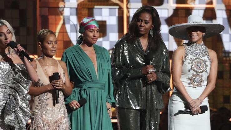 Wegen dem Auftritt der ehemaligen First Lady Michelle Obama (2.v.r) an den Grammys, hält ihre Mutter sie noch lange nicht für einen echten Promi.