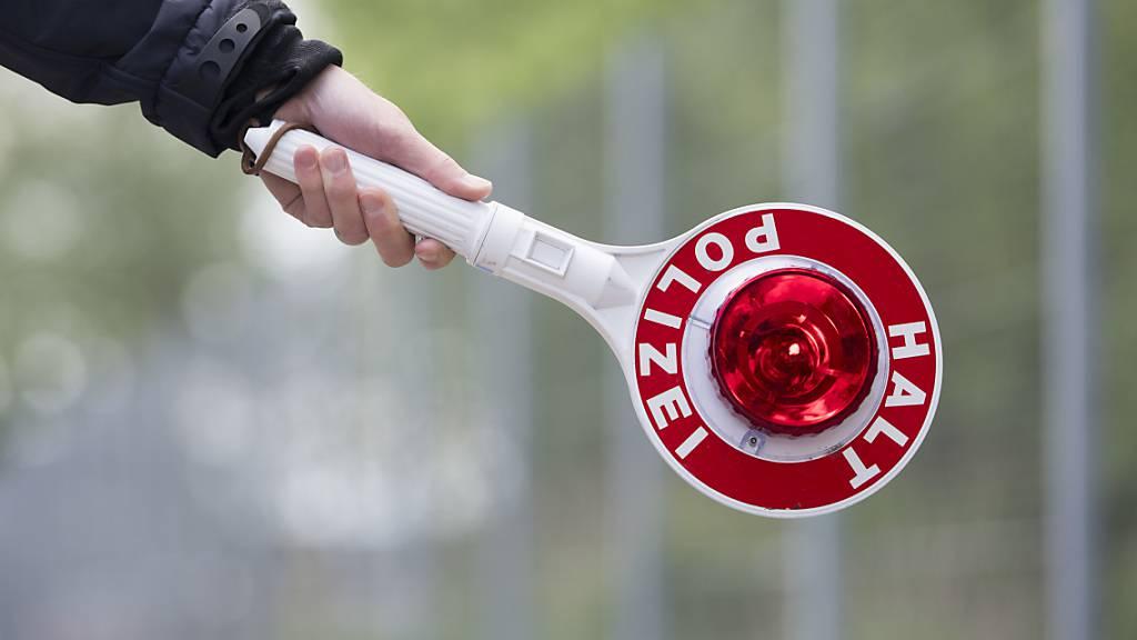 Der 51-jährige Autofahrer hat das Haltezeichen der Zuger Polizei erst missachtet. (Symbolbild)