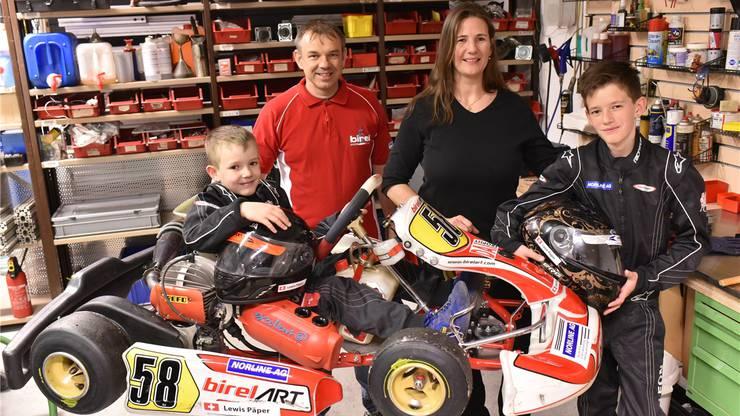 Die Familie Päper in ihrer Werkstatt: Nesthäkchen Lewis, Thomas und Sandra sowie der 12-jährige Leon.