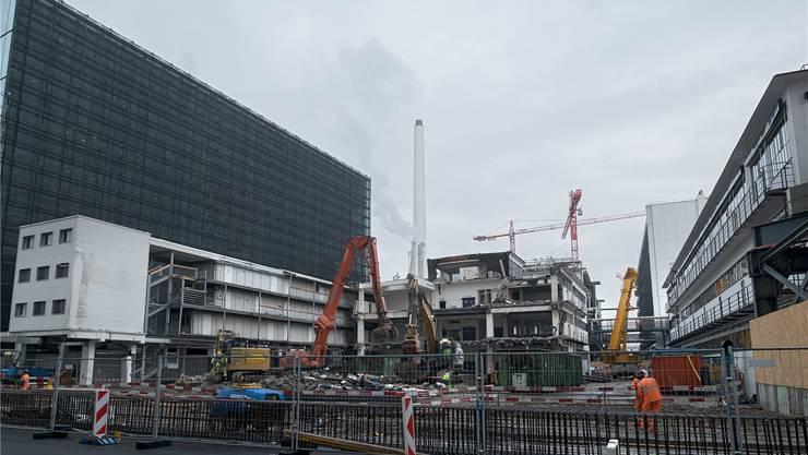 In diese Baulücke kommt dereinst der Bau 2 zu stehen. Der Bau 43 ist schon fast weg.