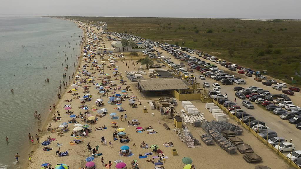 Strandleben mit Abstand: In Griechenland sind Hunderte Strände wieder geöffnet worden, bei Temperaturen von bis zu 40 Grad.