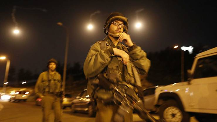 Israelische Soldaten suchen nach dem Attentäter, der am Sonntagabend eine israelische Siedlerin angegriffen hat.