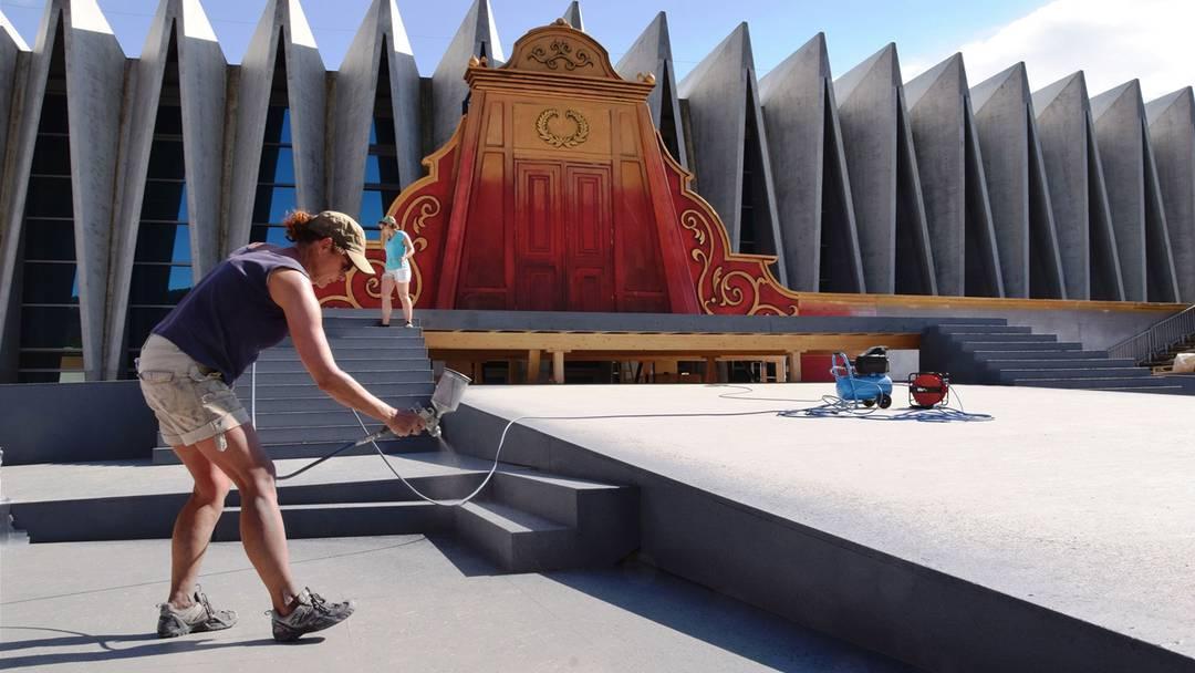 Die letzten Malerarbeiten sind noch im Gang. Ab Montag werden die Künstler, die die Oper «Rigoletto» aufführen, hier vor der Mülimatt intensiv proben.
