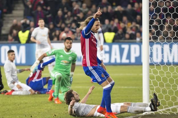 Was für eine magische Nacht! Der FCB schlägt Manchester United im Joggeli – wie schon vor sechs Jahren. Lange steht es 0:0, bis in der 89. Minute Michael Lang zuschlägt. 1:0, das Stadion explodiert, die Sensation ist perfekt. Die Übermannschaft ist bezwungen, das europäische Überwintern sicher. Es ist ein Spiel, das man in Basel nie vergessen wird.