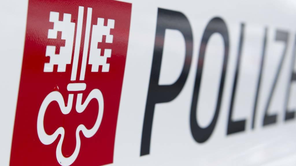 Frau baut Selbstunfall auf der Autobahn A2 in Buochs
