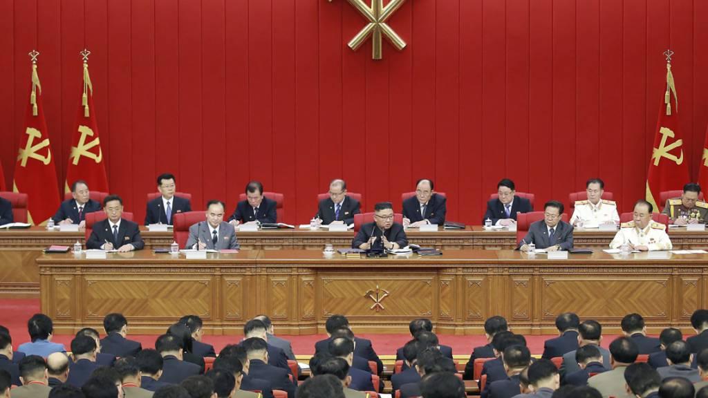 Nordkoreas Führung um Kim Jong Un während einer Versammlung der Arbeiterpartei in Pjöngjang. Foto: Uncredited/KCNA via KNS/dpa