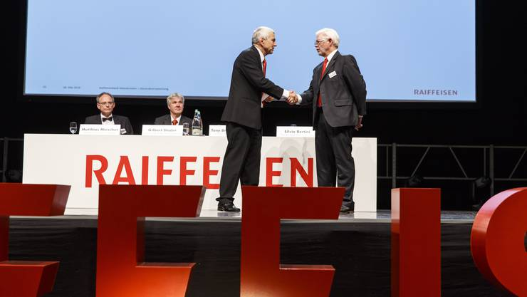 GV Raiffeisenbank Weissenstein: Silvio Bertinî verabschiedet Bankchef Tony Broghammer