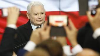 Bleich und zerknirscht: Jaroslaw Kaczynski nach Bekanntwerden der Wahlergebnisse.