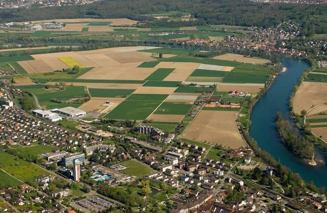 Blick aus der Vogelperspektive auf Bad Zurzach und und das Rietheimer Feld der Nachbargemeinde Rietheim.