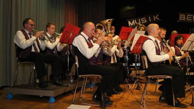 """Trompeten (links), Kornette (Mitte) und Klarinetten interpretieren die """"Mitrovska Polka""""."""