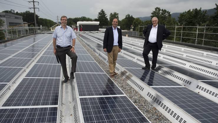 Inbetriebnahme Solaranlage Fohrhölzli EWW mit EWW Chef Peter WIederkehr, mitte, Markus DIeth, links, Gemeindeamman, rechts, und Roland Kuster, Gemeinderat