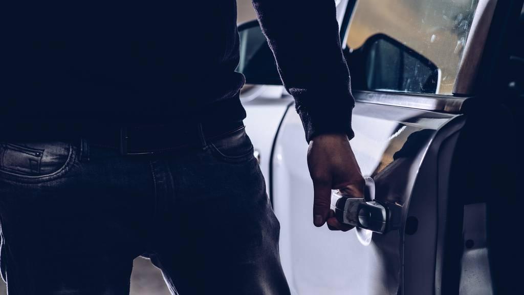 Wertsachen aus Autos gestohlen – Täter festgenommen