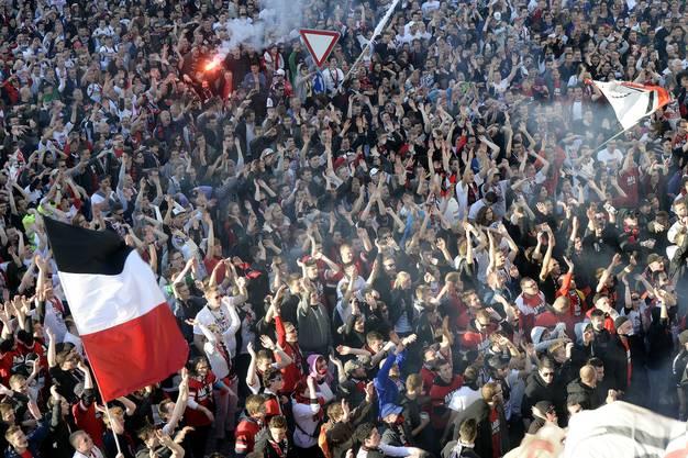 Die Fans feiern ihren FCA auf dem Aargauerplatz