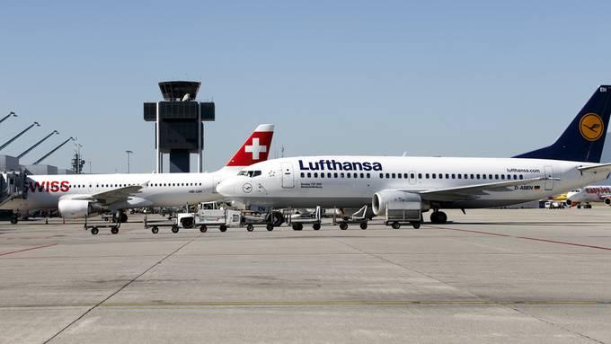 Eine Swiss und eine Lufthansa Maschine am Flughafen Genf.