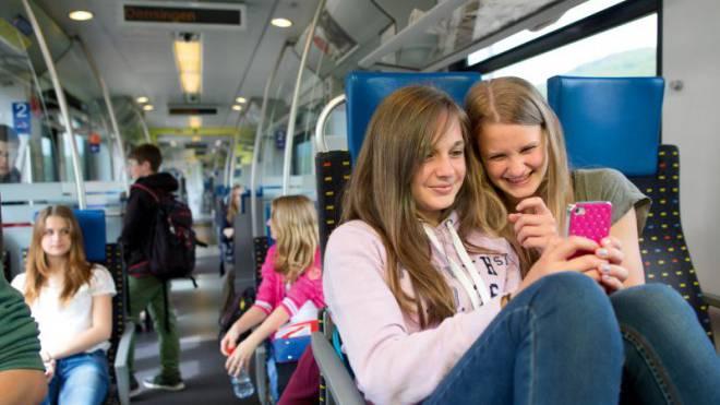 Jugendliche ab 17 Jahren sollen in der Freizeit deutlich billiger fahren. Foto: SBB