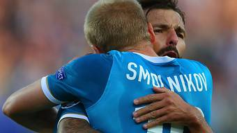 Zenits Danny (r.) lässt sich von Mitspieler Smolnikow feiern.