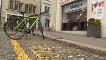 Am Samstagnachmittag überfielen zwei vermummte Männer die Bijouterie am Klosterplatz in Solothurn. Die Räuber erbeuteten mehrere Tausend Franken und ergriffen daraufhin mit dem Fahrrad die Flucht.