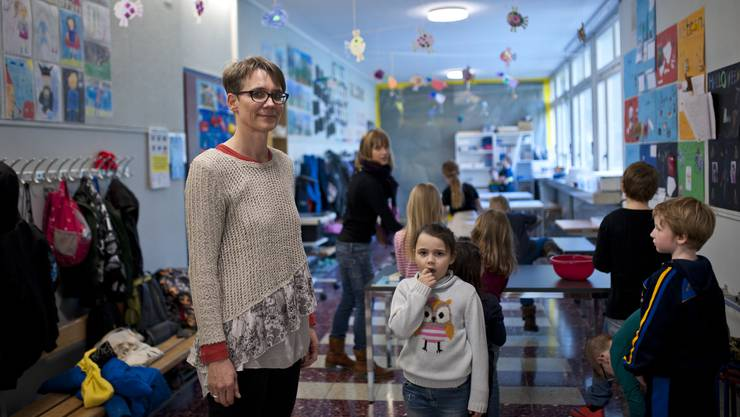 Karin Winistörfer-Haas, Stufenleiterin Kindergarten und Primarschule, in einem Gang, der auch als Schulzimmer dient.