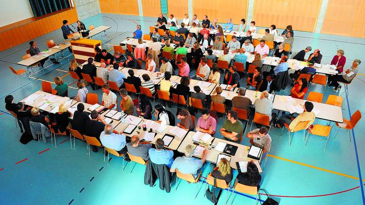 Wie in der Schule Die Gemeinderäte lauschen den Ausführungen von Esther Gassler.  (Urs Lindt)