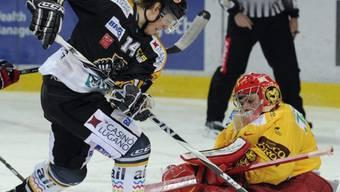 Luganos Brady Murray fordert Langnau-Goalie Benjamin Conz