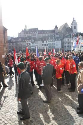 Besammlung vor der Barfüsserkirche mit Armeespiel, Sportlern und Organisatoren