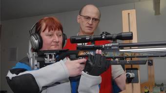 Der Wettinger Heinz Reichle im Training mit der blinden Maja Hoffmann in der 10-Meter-Schiessanlage in Urdorf. Carolin Frei