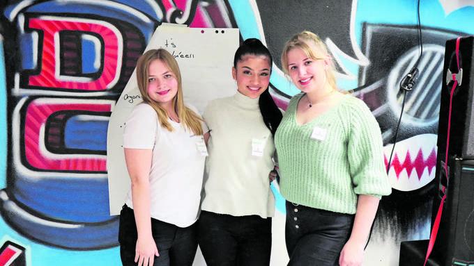 Haben Jugendliche nicht mit Flyern, sondern über soziale Medien eingeladen: Géraldine Füllemann, Kreshmeh Jabari und Valentina Büschi vom Dietiker Jugendrat.