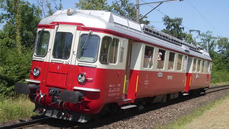 Dieser Triebwagen BDe 4/4 Nr.2 (im Bild zwischen Hilfikon und Sarmenstorf) stand von 1966 bis 1997 bei der Wohlen-Meisterschwanden-Bahn im Einsatz. Heute steht er bestens erhalten und gepflegt beim Verein Depot und Schienenfahrzeuge in Koblenz.