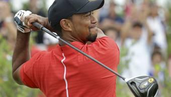 Ein skeptischer Blick begleitet den Ball: Tiger Woods steht noch nicht dort, wo er hin will