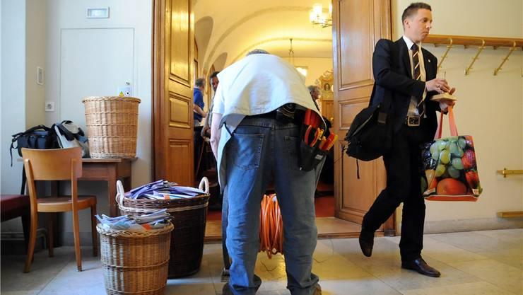 Es ist aus: Ratspräsident Christian Imark geht, die Glocke in der Hand. Die Papierberge werden entsorgt.uw