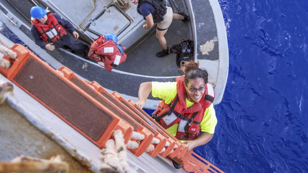 Eine der zwei geretteten Seglerinnen beim Erklimmen des Marine-Schiffs