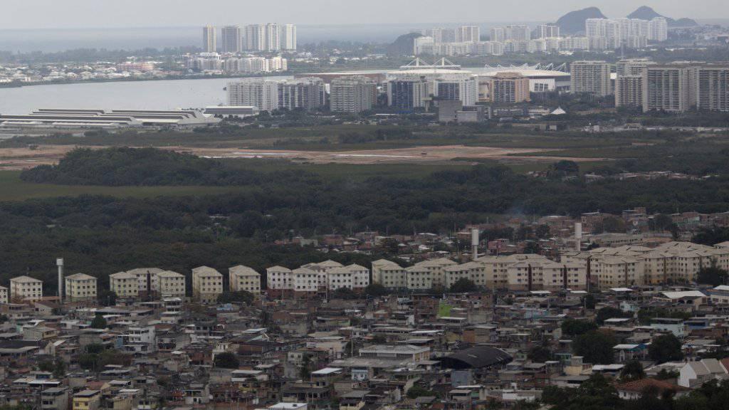 Blick auf das Elendsviertel «Cidade de Deus» bei Rio de Janeiro: Nach Kämpfen zwischen Polizisten und Kriminellen stürzt ein Polizeihelikopter in der Favela ab. (Archivbild)