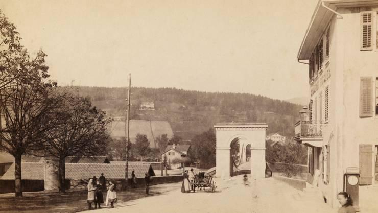 Blick vom Zollrain auf die Kettenbrücke und den dazugehörigen Gasthof.