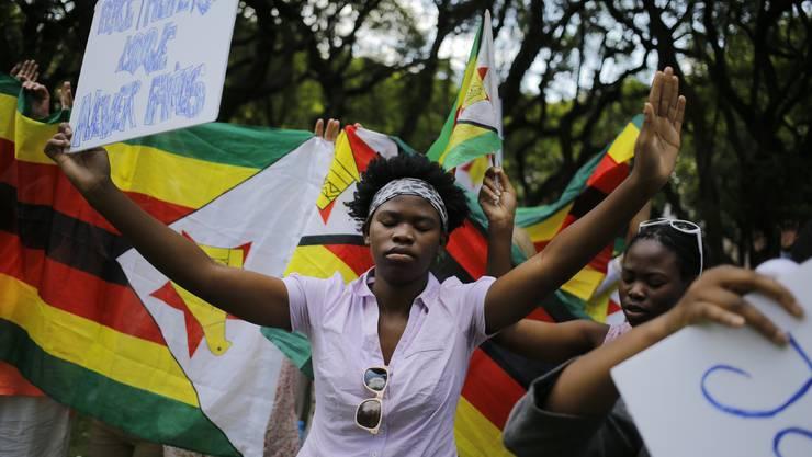 Tausende feiern in Harare das Aus des Despoten, der 37 Jahre an der Macht war.