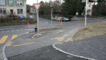 Der Radweg ist fertig markiert. Die Bushaltestellen werden noch dieses Jahr gebaut. (Peter Siegrist)