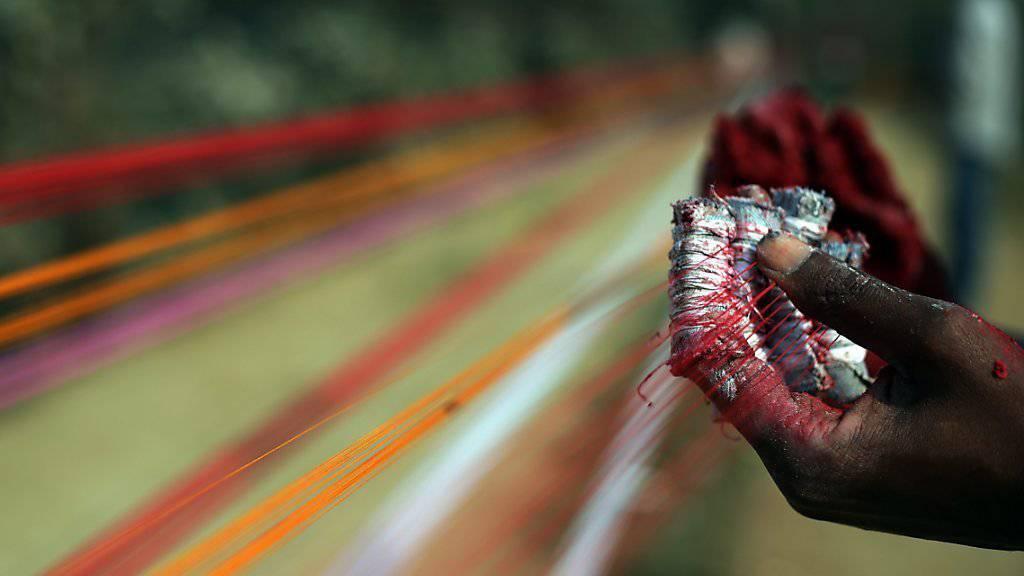 Verarbeitung von Drachenschnüren in Indien, denen auch feine Glassplitter beigemengt werden (Symbolbild)