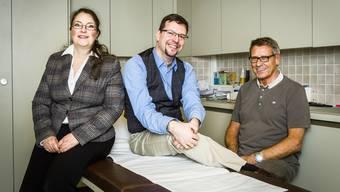 Die Praxis von Hausarzt Beat Haldemann (rechts) wird in Zukunft von Daniel Rodriguez (Mitte) und seiner Frau Barbara Rodriguez-Frana geführt.