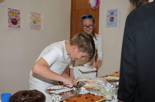 Am Kuchenbuffet gibt es viele, schön verzierte Kuchen, die von einem eingespielten Team serviert werden.