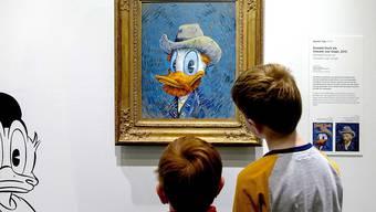 Zwei Buben betrachten das Selbstprotrait von Donald Duck