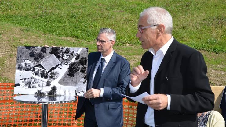 Andreas Glarner (links) bezeichnete in seiner Dankesrede den Doppelkindergarten und die Alterswohnungen als «grossen Wurf».